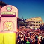 L' Arrivo - Via dei Fori Imperiali - Alle spalle il Colosseo